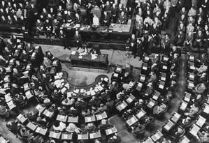 """Maria Estela """"Isabelita"""" Perón, presidente da Argentina, em 1975, se dirige ao Parlamento Foto: Keystone / Getty Images"""