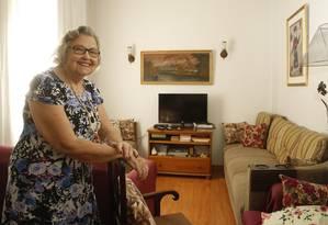 Wanda, que mora sozinha, costuma falar no WhatsApp com amigas para ver se todas estão bem Foto: Fábio Guimarães
