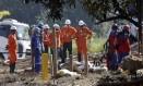 Funcionários trabalham no conserto do duto da Transpetro Foto: Gabriel de Paiva / Agência O Globo