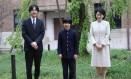 O príncipe Hisahito com os pais, Akishino (esquerda) e Kiko: facas na escola às vésperas da abdicação do imperador Foto: KOJI SASAHARA / AFP