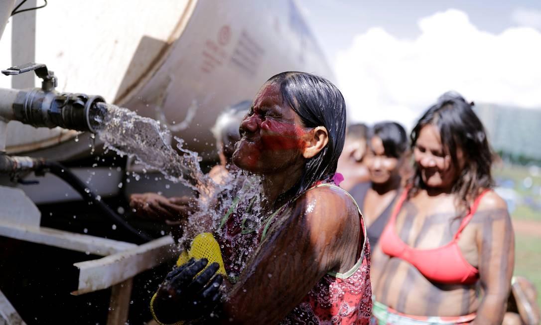 Indígena da etnia Kayapó se refresca durante o Acampamento Terra Livre, encerrado neste final de semana em Brasília, em manifestação pelos seus direitos. Foto: NACHO DOCE / REUTERS