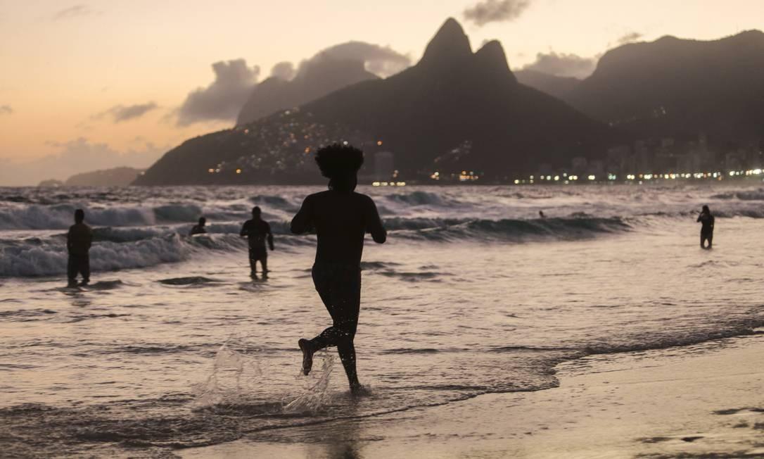 Pôr do sol na Praia de Ipanema Foto: Bruno Kaiuca / Agência O Globo
