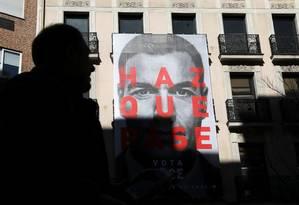 Homem passa por cartaz de campanha com foto do primeiro-ministro espanhol, Pedro Sánchez Foto: SUSANA VERA / Reuters