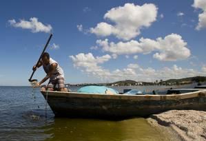 Em Iguaba Grande, que terá nova eleição em junho, o corretor Marcos Costa reclama da poluição: Lagoa de Araruama está suja e cheia de lama perto da foz de um dos principais rios da cidade Foto: Antonio Scorza / Agência O Globo