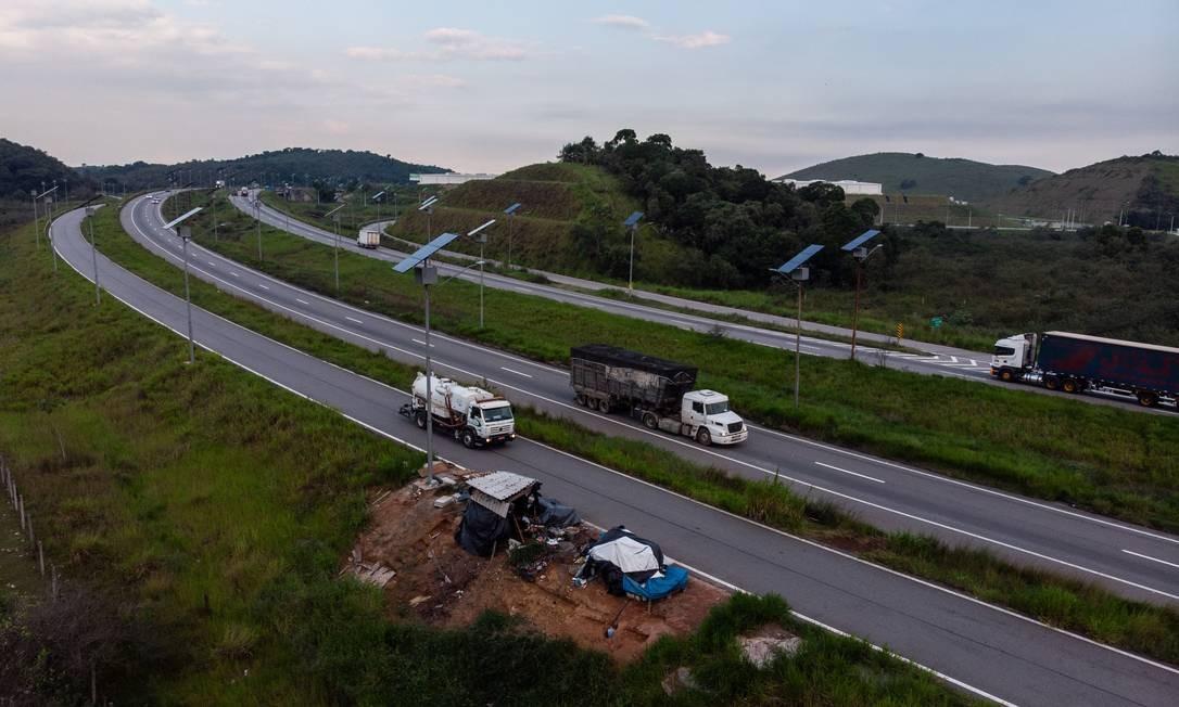 Casebre em contrução no Arco Metropolitano Foto: Brenno Carvalho / Agência O Globo