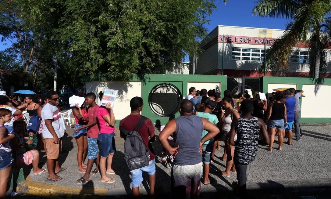 Pais e alunos passaram dias em fila para tentar fazer a matrícula no Colégio Estadual Erich Walter Heine, em Santa Cruz Foto: Fabiano Rocha / Agência O Globo