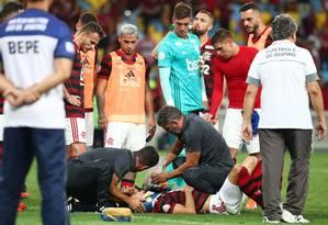 Rodrigo Caio recebe tratamento em campo após choque com o zagueiro Dedé Foto: PILAR OLIVARES / REUTERS