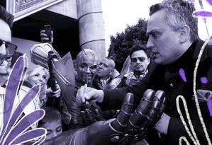 Joe Russo (de terno escuro) dá autógrafos aos fãs na pré-estreia de 'Vingadores: Ultimato', em Los Angeles, no dia 22 de abril Foto: Mario Anzuoni/Reuters