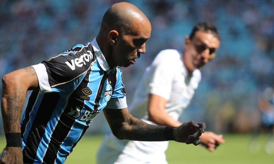 Marcado por Pituca, Diego Tardelli puxa mais um ataque do Grêmio Foto: Richard Ducker / FramePhoto/Agência O Globo