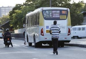 Homem circula com patinete na Avenida Presidente Vargas: imprudência Foto: Thiago Freitas / Agência O Globo