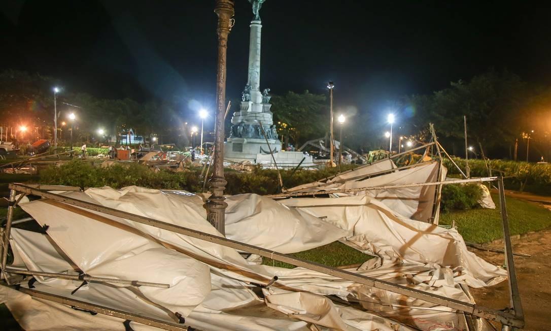 Durante a noite, na Praia Vermelha, lonas das tendas da feira de montanhismo ficam no chão Foto: Marcelo Regua / Agência O Globo
