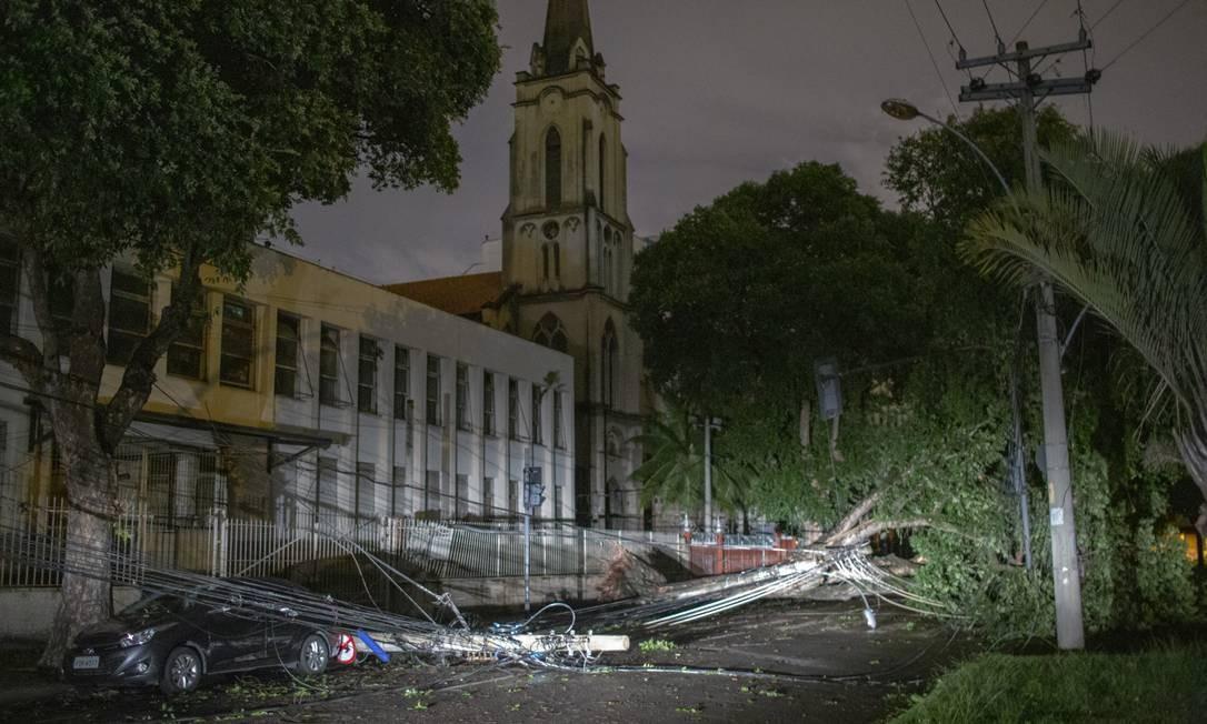 Vendaval na noite de domingo, principalmente no Centro do Rio, deixou diversas árvores caídas Foto: Bruno Kaiuca / Agência O Globo
