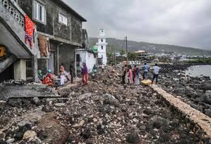 Moradores recolhem pertences em arquipélago de Comores, atingido por ciclone Kenneth Foto: IBRAHIM YOUSSOUF 27-04-2019 / AFP