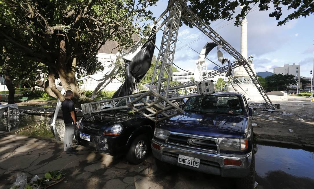 Estrutura de evento de montanhismo é derrubada sobre carros na Praça General Tibúrcio, na Praia Vermelha Foto: Pablo Jacob / Agência O Globo