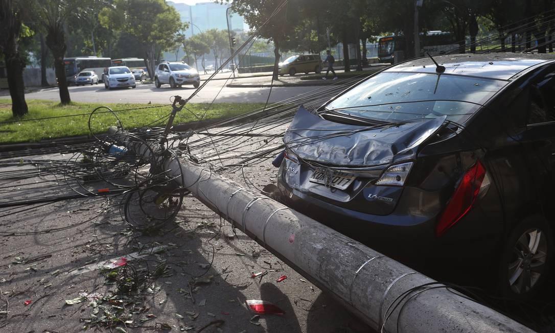 Poste cai e danifica traseira de carro na Rua Joaquim Palhares, no Estácio Foto: Pedro Teixeira / Agência O Globo