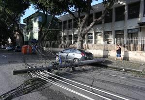 Temporal do último domingo derrubou árvores e postes no Rio Foto: Pedro Teixeira / Agência O Globo