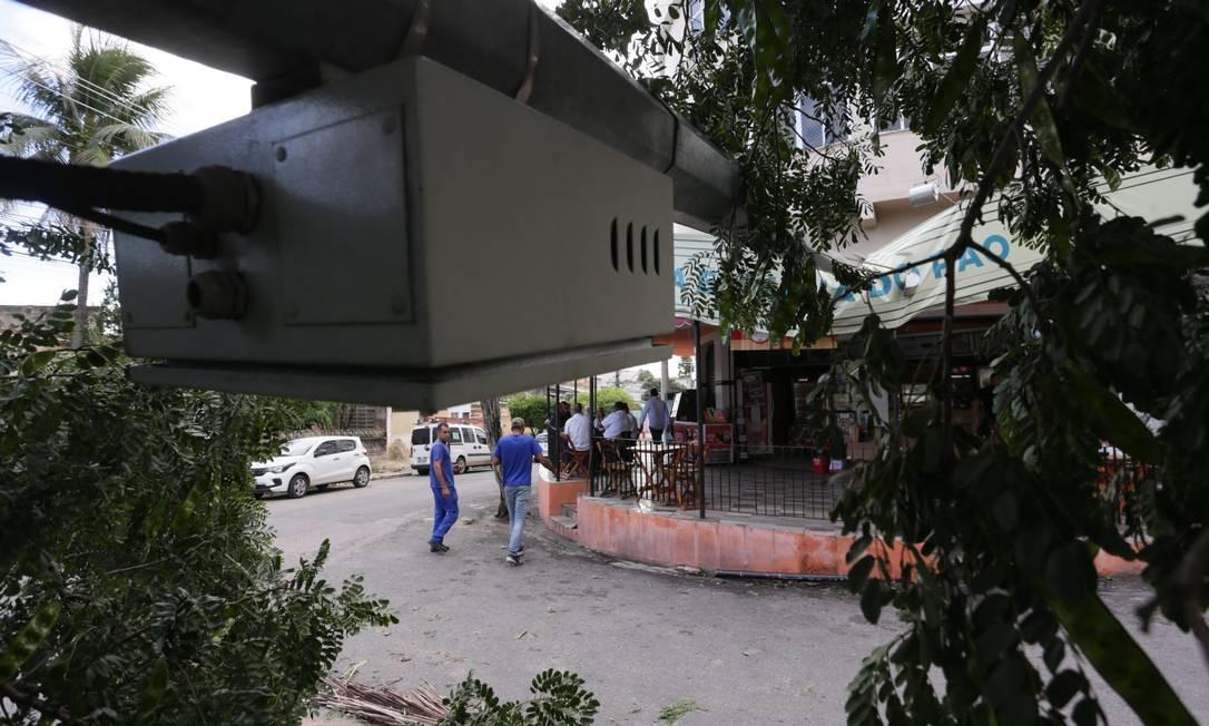 A queda de uma árvora provocou também a derrubada de um poste na esquina das ruas Coronel Francisco Soares e Ione Torres Ennes, em Nova Iguaçu Foto: Cléber Júnior / Agência O Globo