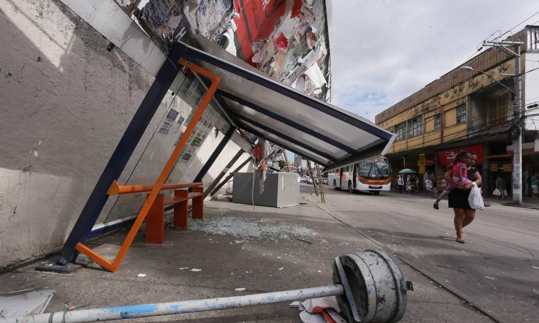 Na Rua Marechal Floriano, também em Nova Iguaçu, outdoor caiu e ficou pendurado junto com um ponto de ônibus Foto: Cléber Júnior / Agência O Globo