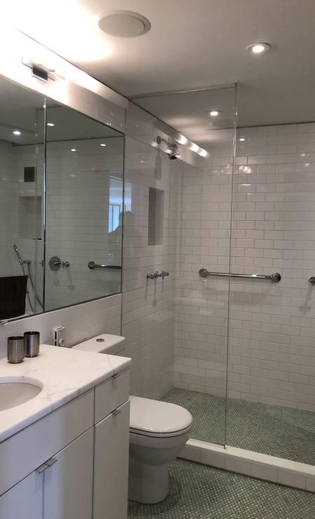 O banheiro do apartamento ainda tem a parede adornada pelos prêmios de Roth, que não podiam ser mostrados. Foto: James Cimino / Agência O Globo