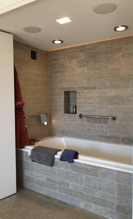 A surpresa do apartamento, de estilo bastante contemporâneo, é a existência de duas portas secretas. Uma delas dá acesso a uma banheira, que fica bem de frente para o escritório conjugado com a sala e, consequentemente, para a linda e ampla vista do sul de Manhattan. Foto: James Cimino / Agência O Globo