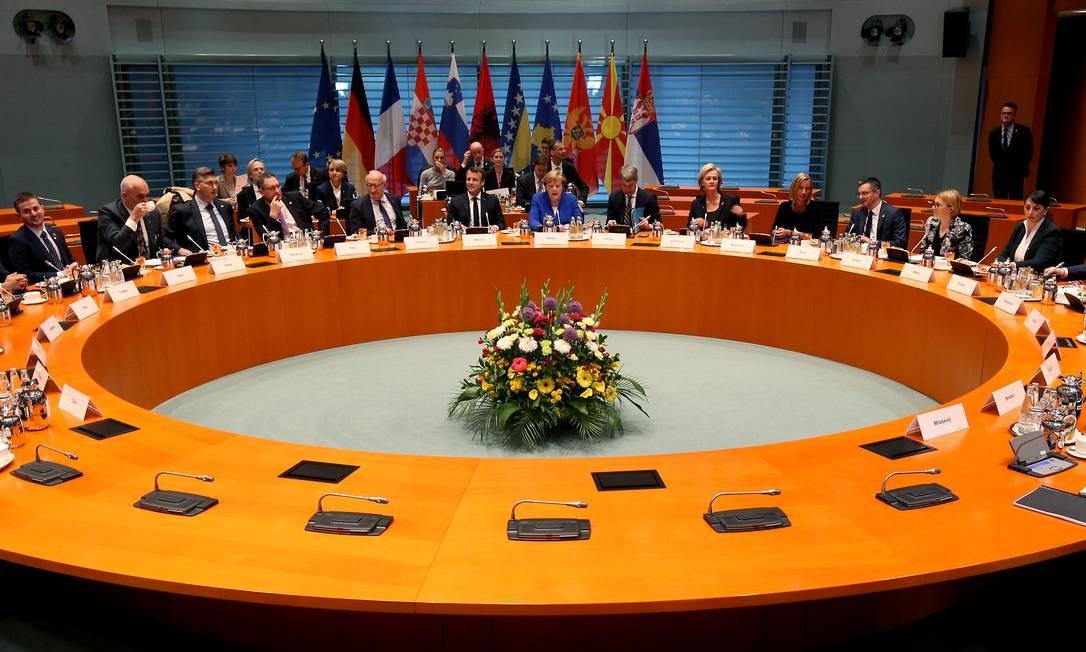O presidente francês, Emmanuel Macron, e a chanceler alemã, Angela Merkel, abrem a reunião dos líderes dos Bálcãs Ocidentais, na chancelaria em Berlim Foto: POOL / REUTERS