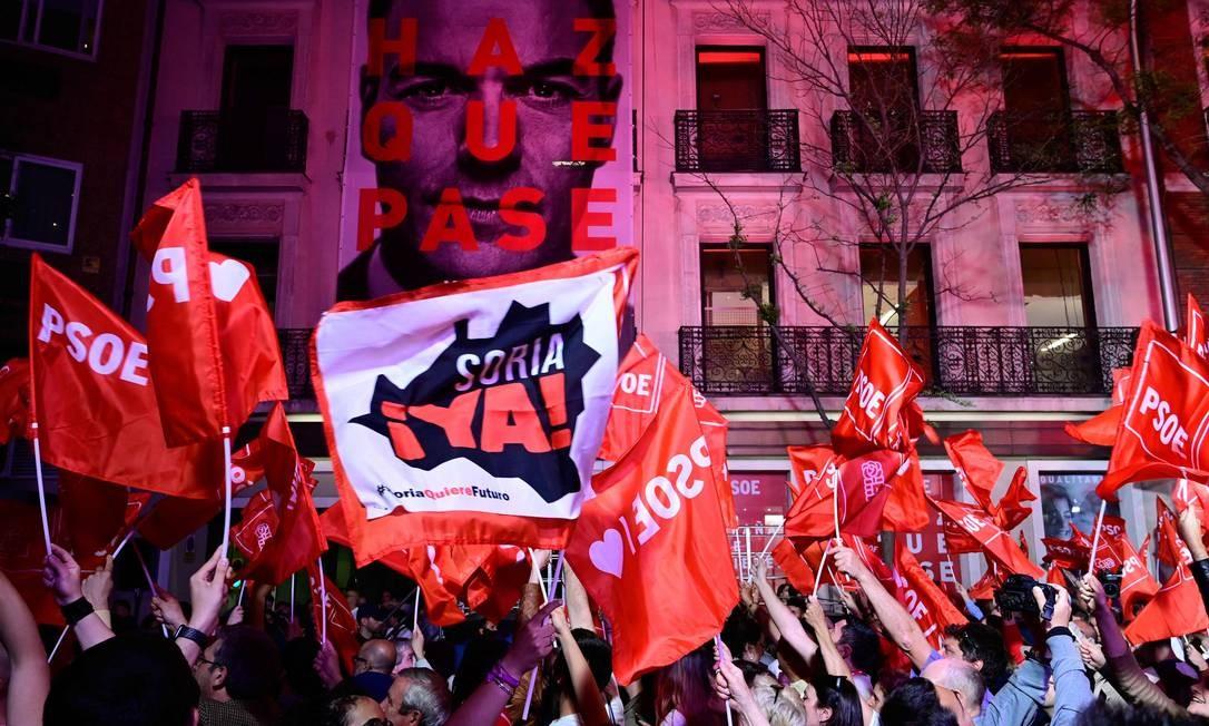 Membros e simpatizantes do Partido Socialista Espanhol comemoram em frente à sede do partido, em Madri, a vitória nas eleições da Espanha Foto: JAVIER SORIANO / AFP