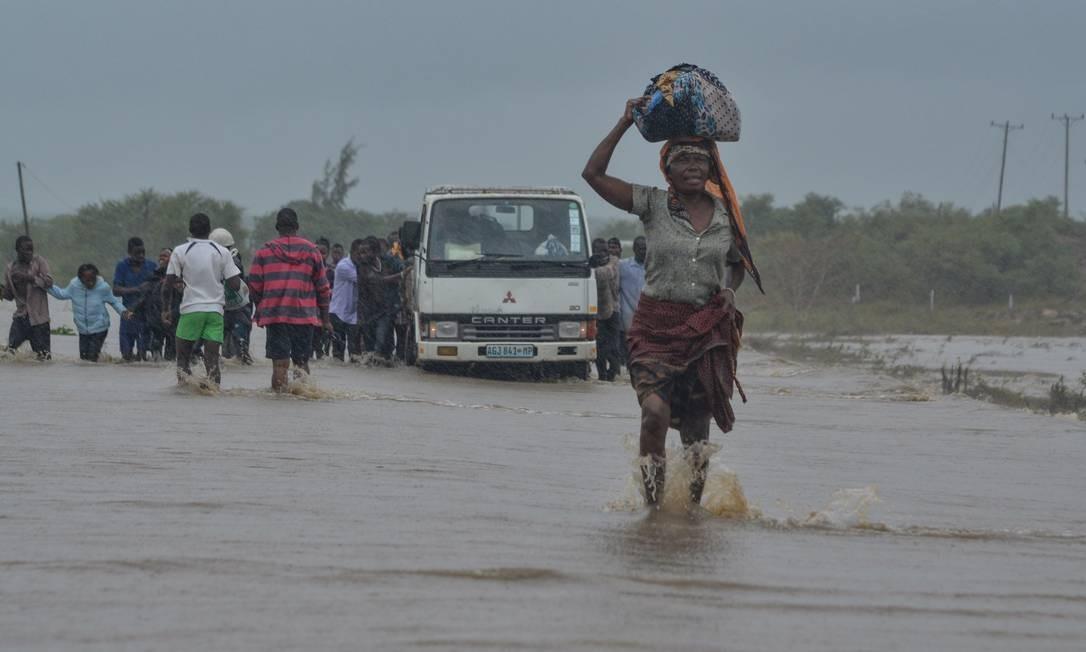 Moradores enfrentam as enchentes em Mazive, no Sul de Moçambique. O ciclone Kenneth foi classificado como uma tempestade de categoria três (sendo o máximo cinco) na escala Saffir-Simpson. Os ventos podem atingir 210km/h Foto: EMIDIO JOSINE / AFP