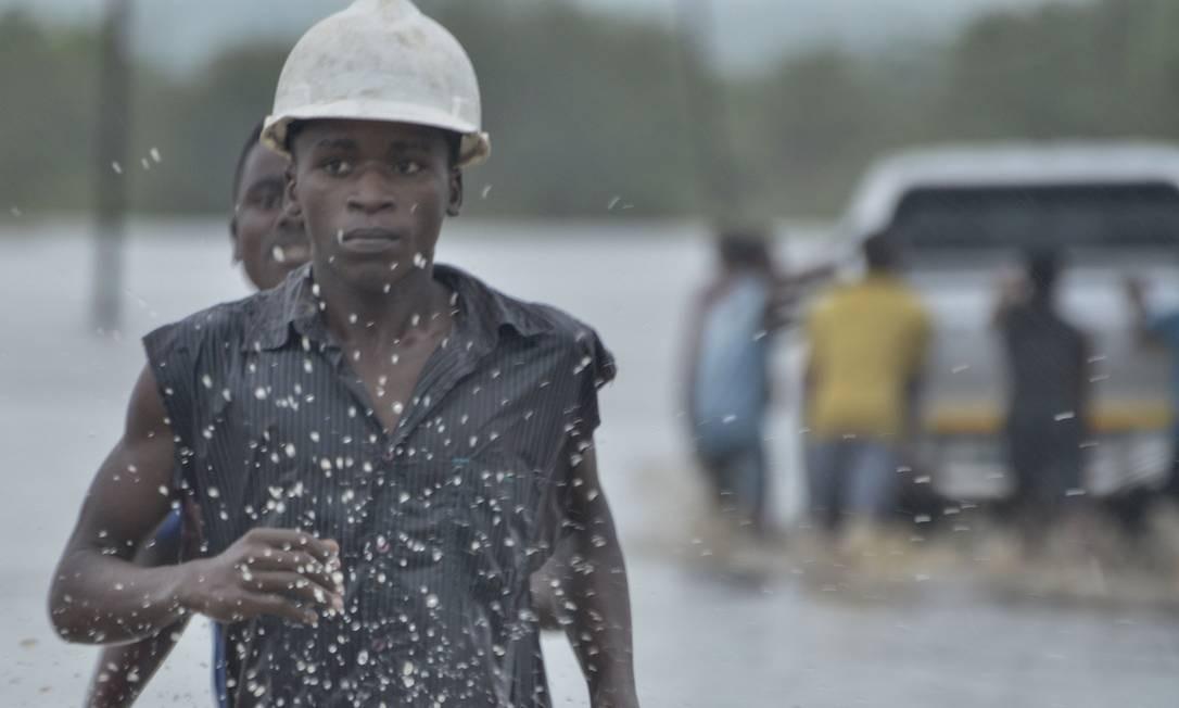 Moradores enfrentam enchentes em Mazive, no Sul de Moçambique. Após a passagem do ciclone Kenneth no último domingo destruir milhares de casas e deixar 38 mortos, chuvas continuam a inundar o país de Norte a Sul Foto: EMIDIO JOSINE / AFP