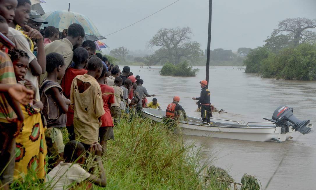 Equipe de bombeiros brasileiros atua no resgate de moradores em Mazive, no Sul de Moçambique Foto: EMIDIO JOSINE / AFP