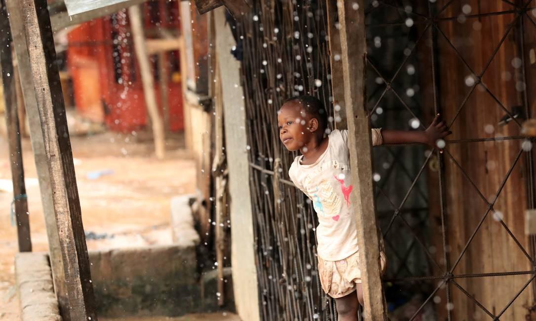 Uma criança observa a chuva de uma cabana em Pemba, Moçambique, nesta segunda-feira. As enchentes ocorrem logo em seguida do ciclone Kenneth, que devastou o Norte do país no último domingo. A ONU anunciou que enviará US$ 13 milhões (R$ 51 milhões) em fundos de emergência para ajudar no fornecimento de comida e água e na reparação dos danos à infraestrutura Foto: MIKE HUTCHINGS / REUTERS