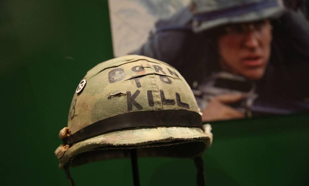 """Itens originais do filme """"Nascido para matar"""", de 1987. A exposição no Design Museum, em Londres, homenageia Stanley Kubrick, diretor americano que morreu há 20 anos Foto: ISABEL INFANTES / AFP"""