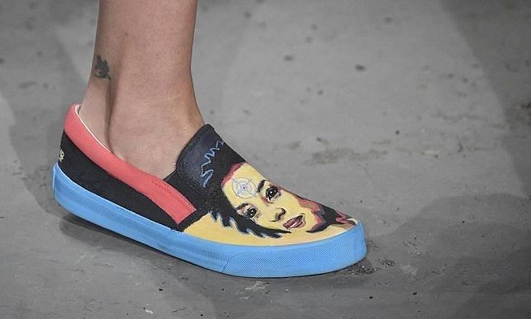Sapato com um alvo no rosto de Marielle chamou atenção na São Paulo Fashion Week, no último sábado Foto: Divulgação / SPFW