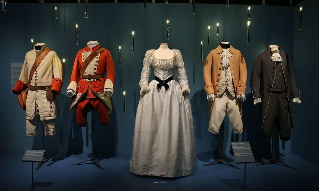 Vestido de Lady Lyndon e uniformes usados por soldados franceses e britânicos no filme 'Barry Lyndon' (1975). Vinte anos após a morte de Stanley Kubrick, os britânicos redescobriram o diretor, que tinha uma relação especial com o Reino Unido, onde morava e trabalhava Foto: ISABEL INFANTES / AFP