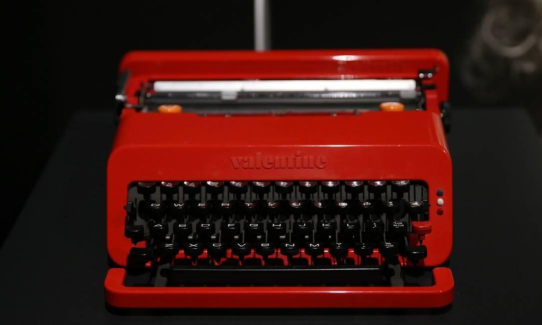 """Máquina de escrever Valentine Typewriter, desenhada por Ettore Sottsass e Perry King, e parte do filme """"Laranja Mecânica"""" é exibida no Design Museum, que fica em Kensington, em Londres. O local está aberto das 10h às 18h. O ingresso custa 16 libras. Site: designmuseum.org Foto: ISABEL INFANTES / AFP"""