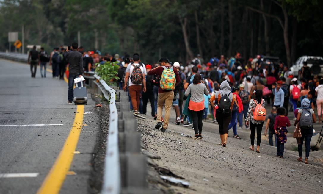 Imigrantes cubanos caminham por estrada rumo aos EUA após ônibus serem confiscados por autoridades mexicanas, em Huixtla Foto: JOSE CABEZAS 17-04-2019 / Reuters