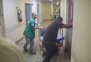 Funcionários socorrem pacientes que foram transferidos do Hospital Albert Schweitzer, na noite de domingo Foto: Bruno Kaiuca / Agência O Globo