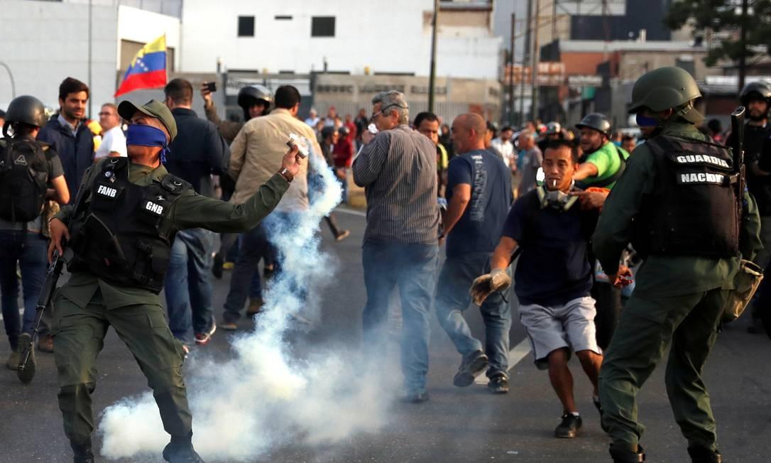 Militar lança bomba de gás lacrimogêneo perto da base La Carlota, em Caracas Foto: CARLOS GARCIA RAWLINS 30-04-2019 / REUTERS