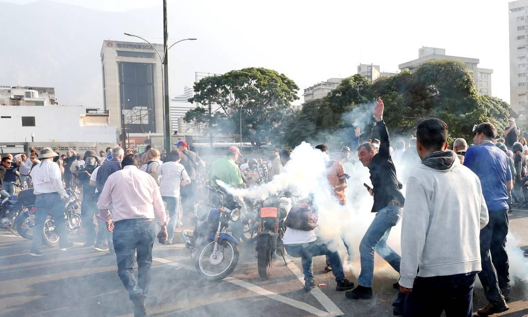 Militares leais ao governo de Nicolás Maduro lançaram bombas de gás lacrimogêneo contra manifestantes, perto da base militar de La Carlota, em Caracas, após líder opositor Juan Guaidó anunciar início de operação para depor presidente Foto: CARLOS GARCIA RAWLINS / REUTERS