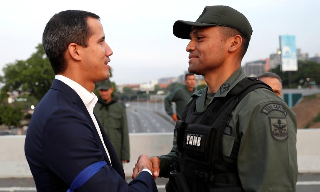 Líder opositor Juan Guaidó cumprimenta militar perto da base de La Carlota, em Caracas Foto: CARLOS GARCIA RAWLINS 30-04-2019 / REUTERS