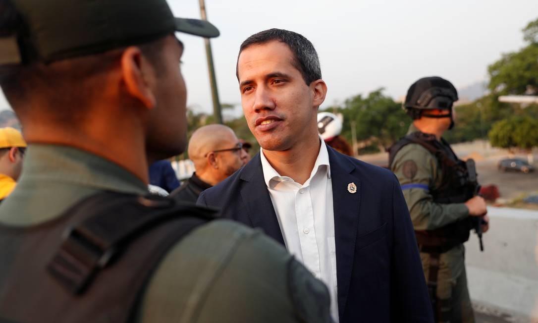 Na véspera de protestos de 1º de maio, o líder opositor Juan Guaidó publicou vídeo no qual dizia ter o apoio de militares para derrubar Maduro. Governo denunciou tentativa de golpe e culpou 'grupo reduzido' de traidores Foto: CARLOS GARCIA RAWLINS / REUTERS