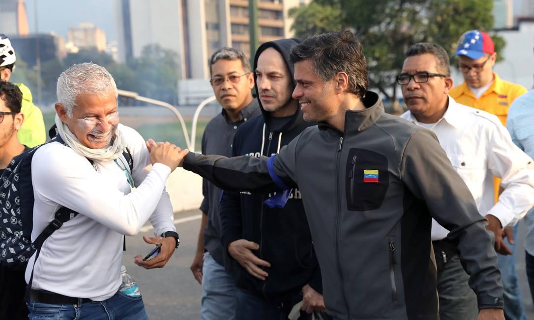 Guaidó apareceu no vídeo ao lado do líder opositor Leopoldo López, que estava detido desde 2014 e cumpria prisão domiciliar. No Twitter, López disse que foi solto por soldados rebeldes e se uniu à manifestação em Caracas em apelo pelo fim do governo Maduro Foto: STRINGER / REUTERS