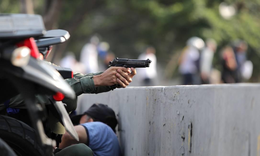 Militar dispara durante dia de intensos confrontos em Caracas; disparos tomaram conta de avenidas importantes na capital venezuelana Foto: STRINGER / REUTERS