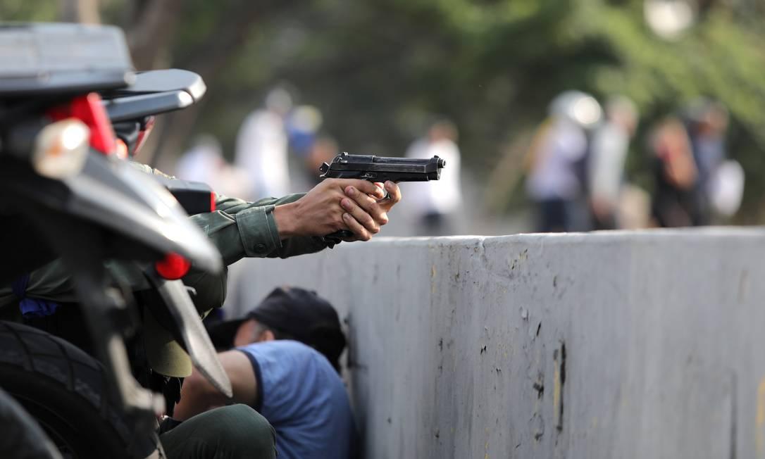"""Militares pró-Maduro foram deslocados para a base de La Carlota, perto de manifestação liderada por Guaidó. Ministros do regime rejeitaram """"movimento golpista"""" Foto: Manaure Quintero 30-04-2019 / REUTERS"""