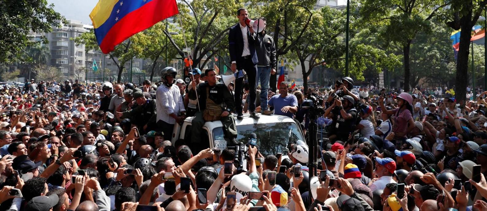 Opositor Juan Guaidó fala a apoiadores em Caracas após anunciar operação com apoio de militares contra o governo de Nicolás Maduro Foto: CARLOS GARCIA RAWLINS / REUTERS