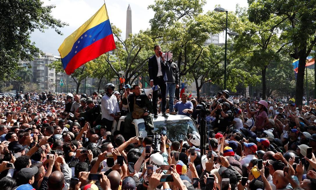 O líder da oposição, Juan Guaidó, ao lado do também opositor Leopoldo López, reúnem multidão no Centro de Caracas Foto: CARLOS GARCIA RAWLINS / REUTERS