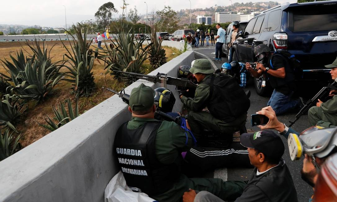 Soldados ao redor da base aérea La Carlota Foto: CARLOS GARCIA RAWLINS / REUTERS