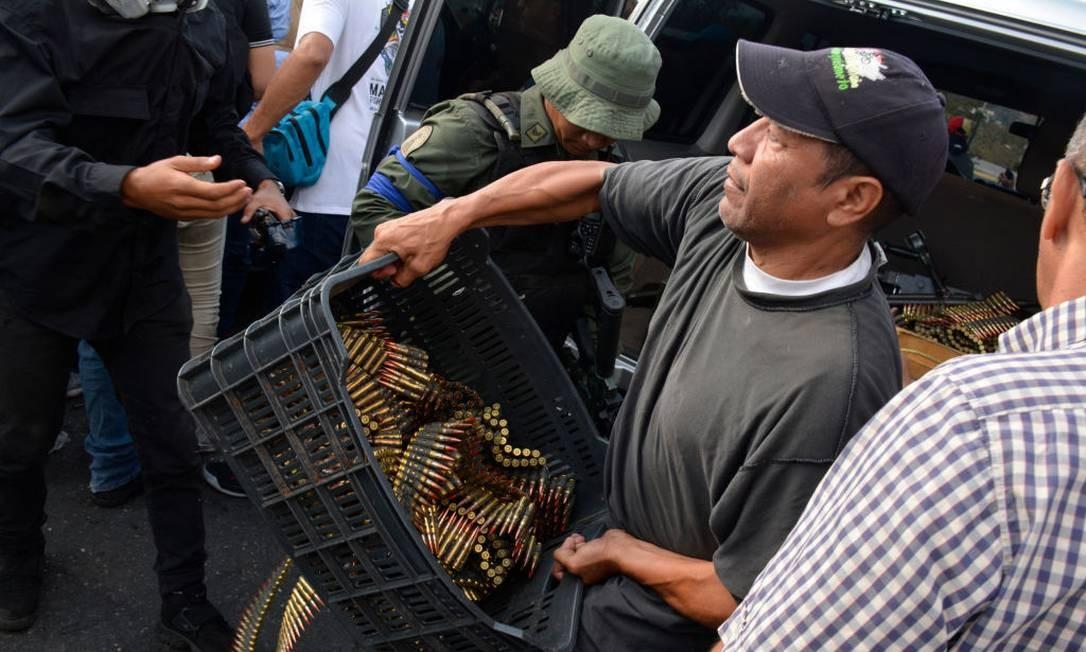 Os grupos que apoiam Guaidó estão armados e munidos para enfrentar militares que defendem a ditadura de Maduro. Há risco de uma escalada da violência nos protestos que estão tomando as ruas de Caracas. Foto: Getty Images / Getty Images