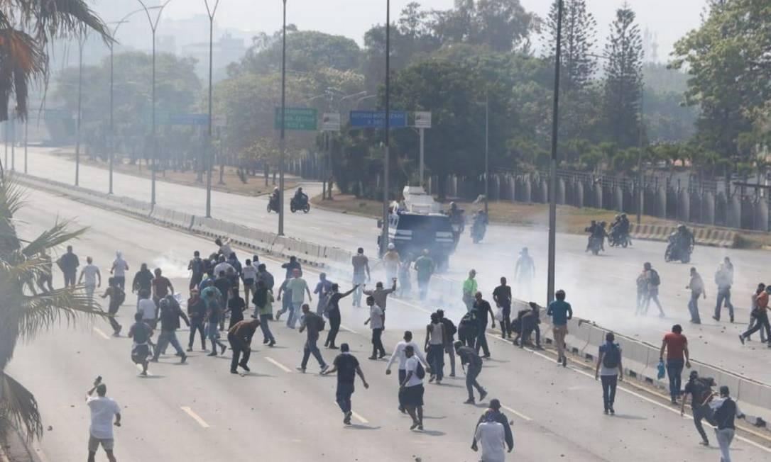 Milhares de venezuelanos foram às ruas e estão enfrentando as forças militares do ditador Nicolás Maduro. Eles foram convocados pelo autoproclamado presidente Juan Guaidó para a Operação Liberdade. Foto: Anadolu Agency / Getty Images
