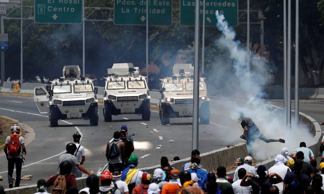 Blindados percorrem trajeto em direção a manifestantes; ações contra Maduro foram chamadas de Operação Liberdade Foto: CARLOS GARCIA RAWLINS / REUTERS
