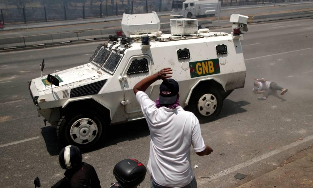 Manifestante é atropelado por blindado perto da base La Carlota, em Caracas, durante dia de tensão; líder opositor Juan Guaidó declarou ter conseguido apoio de militares contra Nicolás Maduro Foto: UESLEI MARCELINO / REUTERS